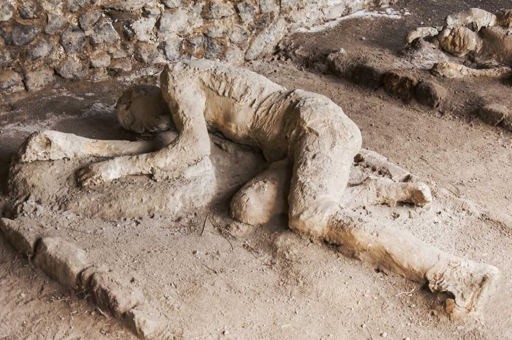 Окаменевшие фигуры людей в мертвом городе Помпеи, Италия